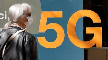 A Nice (Alpes-Maritimes), une femme masquée observe la devanture d'un magasin de téléphonie mobile le 1er avril 2021 (image d'illustration).