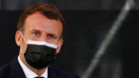 Le président français Emmanuel Macron lors d'une visite au siège de la CAF locale (Caisse d'allocations familiales) à Montpellier (Hérault), le 19 avril 2021.  (image d'illustration)
