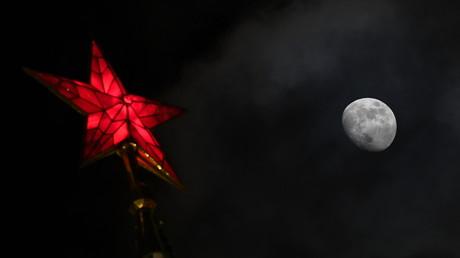 La Lune vue depuis la Place Rouge à Moscou (image d'illustration).