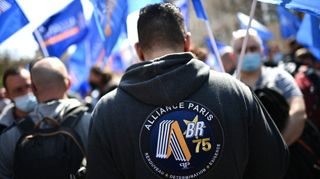 Les policiers se sont rassemblés à Paris entre la Préfecture de police et le palais de justice sur l'île de la Cité.