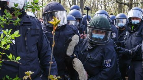 Des policiers arrêtent un manifestant à Berlin (Allemagne), le 21 avril 2021.