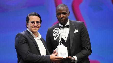 Brahim Bouhlel tient une récompense en forme de palmier à Cannes pour la série Validé, octobre 2020 (image d'illustration).