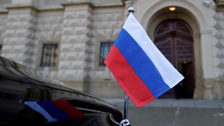 Le drapeau russe sur un véhicule diplomatique devant le ministère tchèque des Affaires étrangères, à Prague, le 21 avril 2021 (image d'illustration).