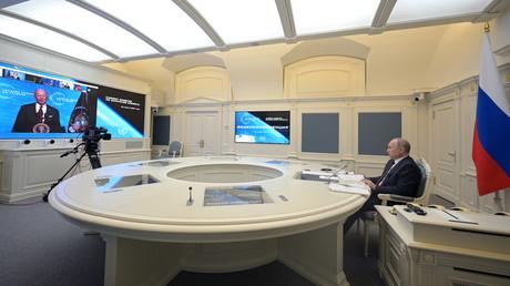 Le président russe Vladimir Poutine écoute le président américain Joe Biden alors qu'il assiste à un sommet mondial virtuel sur le climat, à Moscou, en Russie, le 22 avril 2021.