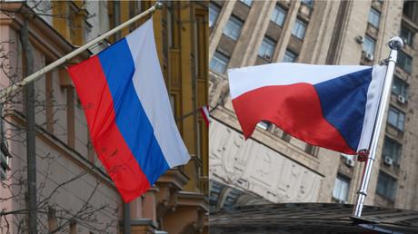 Photomontage présentant le drapeau russe à gauche, le drapeau tchèque à droite.