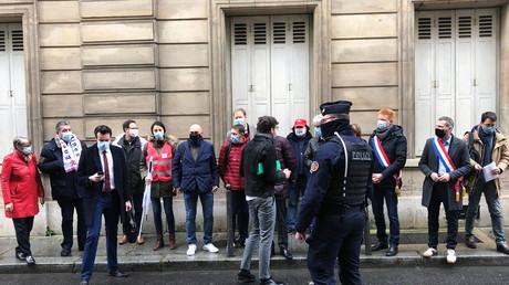 Des parlementaires LFI, PCF, PS et EELV et le secrétaire du syndicat FNME CGT manifestent contre le projet de réorganisation d'EDF devant l'Hôtel Matignon à Paris, le 17 mars 2021 (illustration).