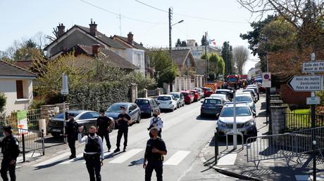 Policiers devant le commissariat de Rambouillet attaqué le 23 avril 2021
