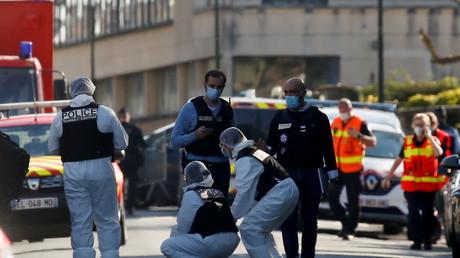 Policiers devant le commissariat de Rambouillet après l'attaque du 23 avril 2021