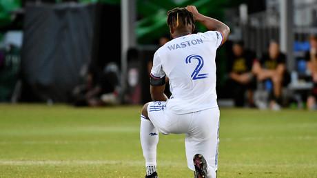 Le joueur de football du FC Cincinnati Kendall Waston met le genou à terre et le lève le poing lors d'un match à Kissimmee, le 23 juillet 2020 (image d'illustration)