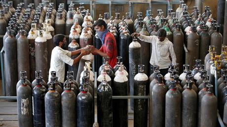 Des ouvriers rassemblent des bouteilles d'oxygène après les avoir remplies dans une usine d'Ahmedabad dans l'ouest du pays le 25 avril 2021 (image d'illustration).