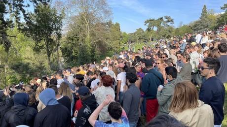 Fêtards au parc des Buttes-Chaumont le 25 avril.