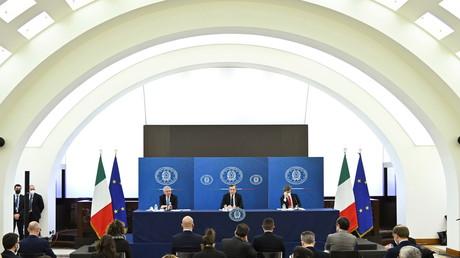 De gauche à droite sur l'estrade : le ministre italien de l'Economie, le Premier ministre italien Mario Draghi et le ministre italien du Travail et de la Politique sociale, en conférence de presse à l'issue d'une réunion du Cabinet à Rome, Italie, le 19 mars 2021 (illustration).