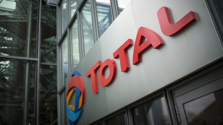 Le logo de Total affiché au dessus de l'entrée de son siège social situé dans le quartier de la Défense proche de Paris le 21 octobre 2014.