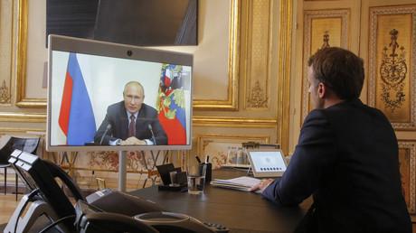 Emmanuel Macron et Vladimir Poutine s'entretiennent le 26 avril 2021.
