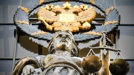 Une statue de Thémis et un emblème de l'État national russe sont vus à l'entrée de la Cour suprême de Russie à Moscou le 20 février 2021 (image d'illustration).