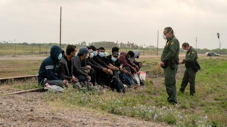 Des migrants venus du Mexique sont interceptés par les autorités américaines à La Joya au Texas après avoir traversé le fleuve Rio Grande le 27 avril 2021 (image d'illustration).