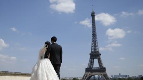 Un couple marié devant la tour Eiffel le 16 mai 2014 (image d'illustration).