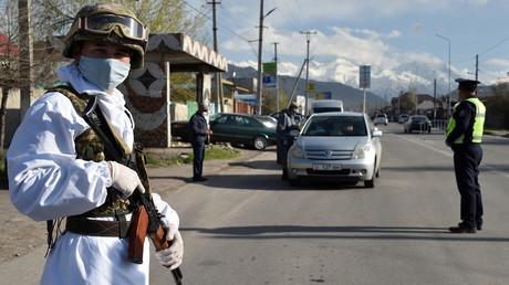 Un soldat kirghize dans les rues de la capitale Bichkek le 3 avril 2020.