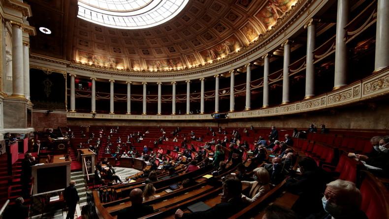 Les députés votent contre le pass sanitaire, le MoDem lâche LREM