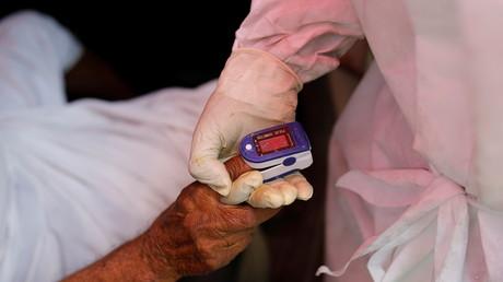 Un patient indien utilise un oxymètre pour vérifier son niveau d'oxygène, à Ghaziabad, le 30 avril 2021 (image d'illustration).