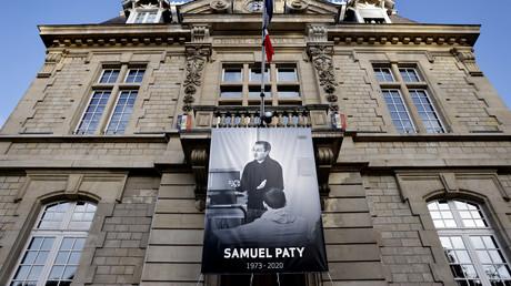 Une affiche représentant le professeur Samuel Paty sur la façade de la mairie de Conflans-Sainte-Honorine, le 3 novembre 2020 (image d'illustration).