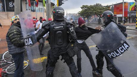 Des manifestants s'opposent à des policiers Colombiens à l'occasion d'une manifestation à Bogota le 1er mai 2021 (image d'illustration).