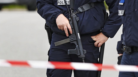 Des policiers présents sur la scène du crime après que le Raid ait abattu le terroriste Larossi Abballa à Magnanville le 14 juin 2016.