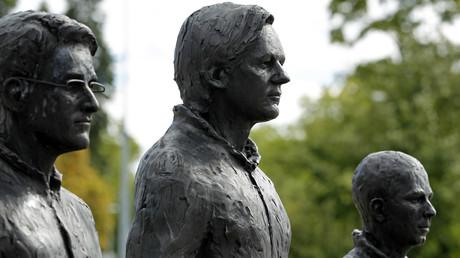 Les statues d'Edward Snowden et de Julian Assange, réalisée par l'artiste italien Davide Dormino devant le siège européenne des Nations unies à Genève, en Suisse, le 14 septembre 2015 (image d'illustration)