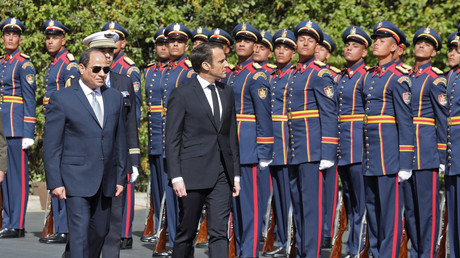 Le président égyptien Abdel Fattah al-Sissi (à gauche) et son homologue français Emmanuel Macron passent en revue une garde d'honneur lors d'une cérémonie au palais présidentiel du Caire le 28 janvier 2019 (illustration).