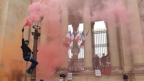 Militants d'Extinction Rebellion devant l'Assemblée nationale.