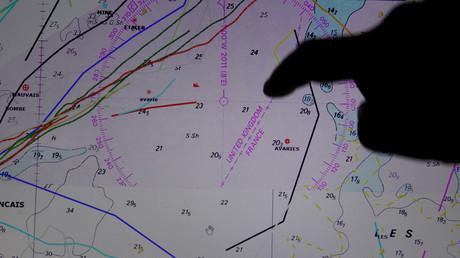 Le capitaine du chalutier français Notre Dame de Boulogne indique sur une carte de navigation la ligne qui sépare les eaux territoriales anglaises et françaises, dans le port de Boulogne-sur-Mer, France, le 29 janvier 2020 (illustration).