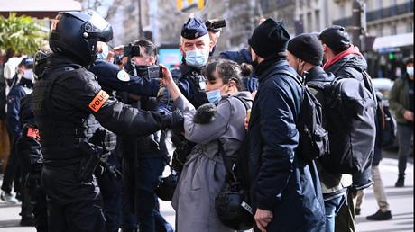Des policiers empêchent une femme de capter des images lors d'une manifestation à Paris le 20 février 2021 (image d'illustration).