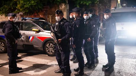 Policiers dans la rue où a été tué un de leurs collègues le 5 mai 2021
