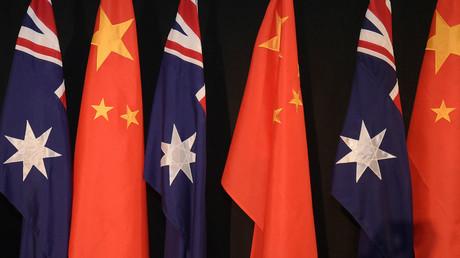 Des drapeaux australiens et chinois à Canberra, le 17 juin 2015 (image d'illustration)