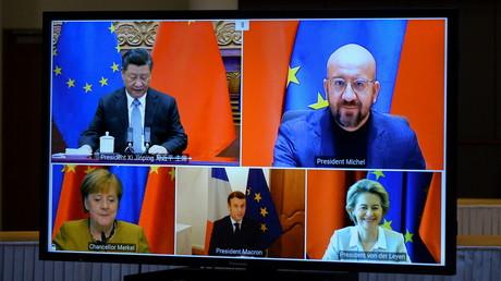 De gauche à droite et dans le sens des aiguilles d'une montre : Xi Jinping, Charles Michel, Ursula von der Leyen, Emmanuel Macron et Angela Merkel,sur l'écran d'une visioconférence, à Bruxelles, le 30 décembre 2020 (illustration).