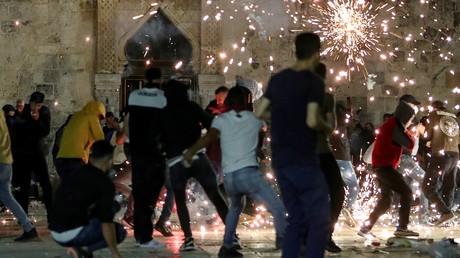 Heurts entre forces de l'ordre israélienne et Palestiniens sur l'Esplanade des Mosquées dans la vieille ville de Jérusalem, le 7 mai 2021.