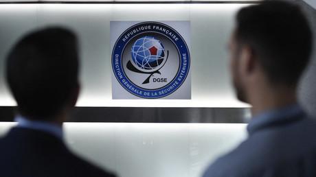 Deux hommes posent dans les bureaux de la DGSE à Paris (image d'illustration).