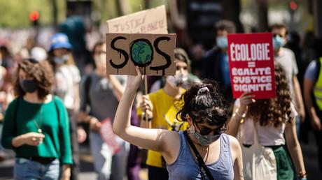 Manifestation contre le réchauffement climatique dans le cadre d'une journée nationale d'action pour exiger la justice climatique le 9 mai 2021 à Paris.