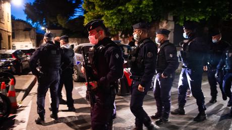 Des policiers sécurisent le site où un officier a été tué lors d'une opération anti-drogue à Avignon, le 5 mai 2021.