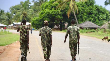 Des soldats de l'armée mozambicaine patrouillent dans les rues de Mocimboa da Praia à la suite d'une attaque d'islamistes présumés, le 7 mars 2018 (image d'illustration).