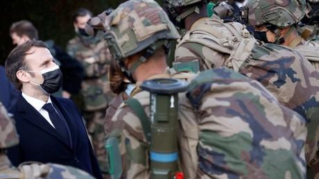Emmanuel Macron discute avec des militaires a Saint-Gauderic le 12 mars 2021 (image d'illustration).
