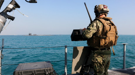 Un soldat de la marine américaine à bord d'un patrouilleur escortant le sous-marin nucléaire USS Georgia à travers le Golfe persique, le 23 décembre 2020 (image d'illustration).