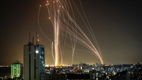 Des roquettes sont lancées depuis la bande de Gaza contrôlée par le Hamas en réponse à une frappe israélienne ayant détruit un immeuble d'une dizaines d'étages, le 11 mai 2021.
