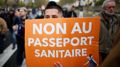 Un manifestant des Patriotes opposé à l'instauration d'un pass sanitaire, à Paris, le 10 avril 2021 (image d'illustration)