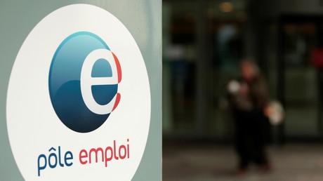 Le logo de Pole Emploi à l'entrée d'une agence à Noisy-le-Grand, près de Paris, le 29 avril 2021 (illustration).