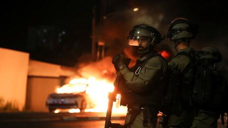 Des membres des forces de sécurité israéliennes patrouillent pendant le couvre-feu nocturne du 12 mai à la suite de violences dans la ville de Lod.