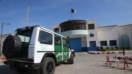 Un véhicule de la gendarmerie algérienne devant la prison de Koléa, à Alger, le 19 février 2021 (image d'illustration)