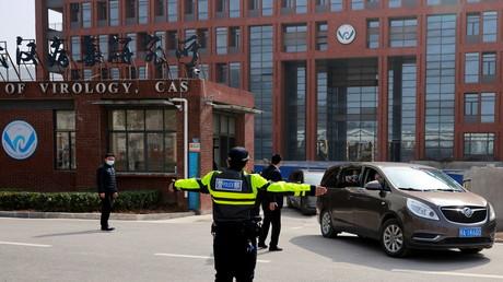 Des agents de sécurité devant l'Institut de virologie de Wuhan, lors d'une visite de membres de l'OMS, le 3 février 2021 (image d'illustration)