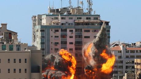 Le 15 mai, un immeuble abritant les bureaux d'Al Jazeera et Associated Press (AP) à Gaza s'effondre après des frappes israéliennes le 15 mai 2021.