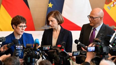 Les ministres de la Défense Allemande et Française, Annegret Kramp-Karrenbauer et Florence Parly, accompagnés par le secrétaire d'Etat à la Défense espagnole, Angel Olivares Ramirez le 20 février 2020 à Paris (image d'illustration).